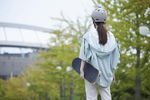 スケートボードと日本人女性の写真素材 [FYI04938855]