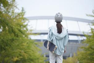 スケートボードと日本人女性の写真素材 [FYI04938856]