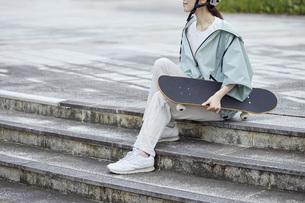スケートボードと日本人女性の写真素材 [FYI04938858]