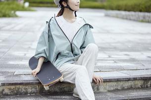 スケートボードと日本人女性の写真素材 [FYI04938860]