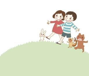 山を歩く男の子と女の子と小動物。のイラスト素材 [FYI04938927]