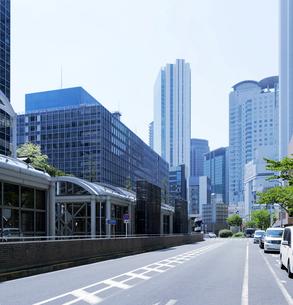 高層ビルと道路の写真素材 [FYI04939410]