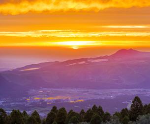 熊本県 風景 千里ヶ浜展望所付近より夕日に染まる熊本市街眺望 一宮方面の写真素材 [FYI04939581]