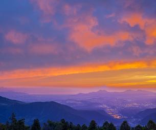 熊本県 風景 草千里ヶ浜展望所付近より夕焼けに染まる熊本市街から雲仙普賢岳方面眺望 の写真素材 [FYI04939591]