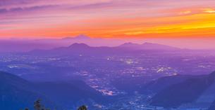 熊本県 風景 草千里ヶ浜展望所付近より夕焼けに染まる熊本市街から雲仙普賢岳方面眺望 の写真素材 [FYI04939604]