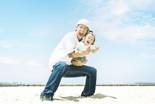屋外で仲良しな親子の写真素材 [FYI04939780]