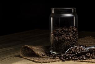 コーヒー豆と保存容器の写真素材 [FYI04939795]