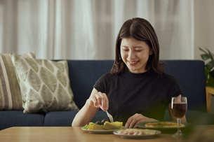 家で一人でお酒を楽しむ若い日本人女性の写真素材 [FYI04940017]