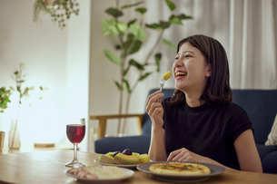家で一人でお酒を楽しむ若い日本人女性の写真素材 [FYI04940018]