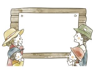 アウトドアウェアの4人家族と掲示板のイラスト素材 [FYI04940415]