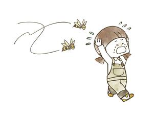 蜂に襲われている女の子のイラスト素材 [FYI04940433]