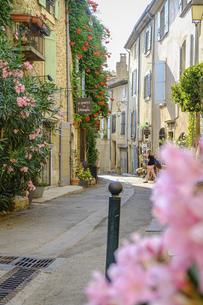 フランスの美しい村ルールマランのお花が咲き乱れる路地の写真素材 [FYI04940554]