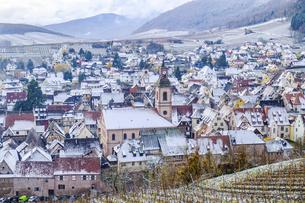フランスの美しい村リクヴィルに雪が降った朝の写真素材 [FYI04940557]