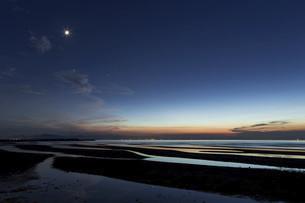 夕暮れの真玉海岸の写真素材 [FYI04940802]