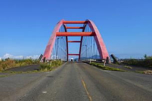 信濃川に架かる赤い橋 本川橋(新潟県燕市・長岡市)の写真素材 [FYI04940830]