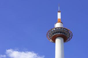 【京都府】青空の下の京都タワー 観光地の写真素材 [FYI04940845]