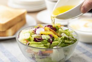 野菜サラダとオリーブオイルの写真素材 [FYI04941020]