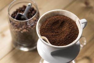 コーヒーを淹れるの写真素材 [FYI04941036]
