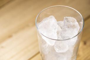 氷の入ったグラスの写真素材 [FYI04941040]