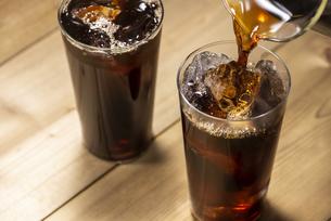 アイスコーヒーを注ぐの写真素材 [FYI04941047]