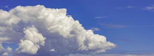 【自然風景】晴れの日の青空と雲 背景素材の写真素材 [FYI04941281]
