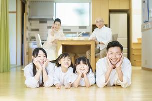 家族3世代のイメージの写真素材 [FYI04941303]
