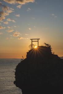 大黒岩と朝日の写真素材 [FYI04941364]