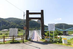 手取川の和佐谷橋とダム放流の警告標識の写真素材 [FYI04942106]