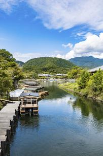 【京都】夏の桂川と嵐山の写真素材 [FYI04942118]