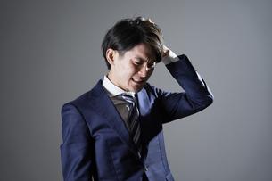 ビジネスマン 頭を抱えるの写真素材 [FYI04942431]