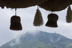諏訪神社のしめ縄と英彦山の写真素材 [FYI04942527]