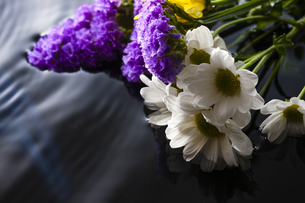 水面と仏花の写真素材 [FYI04942741]