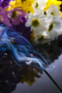 仏花と線香の写真素材 [FYI04942759]