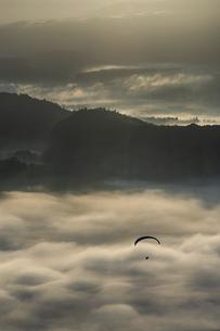 雲海とパラグライダーの写真素材 [FYI04942904]