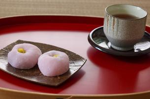 お盆の上の皿にのせたピンク色の大福の写真素材 [FYI04943377]