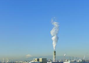 川崎マリエン展望室から見る工場の煙と富士山の写真素材 [FYI04943563]