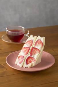 イチゴのサンドウィッチと紅茶の写真素材 [FYI04943686]