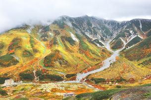 秋の立山連峰 雷鳥沢キャンプ場と紅葉の写真素材 [FYI04943764]