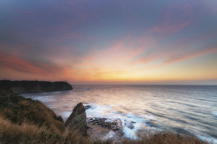 岬の灯台と朝日の写真素材 [FYI04943767]