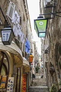 カラフルなランタンが並ぶクロアチア、ドゥブロヴニクの階段路地の写真素材 [FYI04944219]