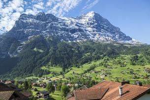 スイス、聳えるアイガーとグリンデルワルドの集落の写真素材 [FYI04944222]