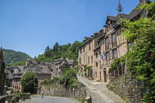 フランスの美しい村コンク、グレーの瓦屋根の町並みの写真素材 [FYI04944223]