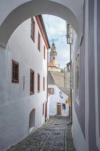 チェコの小さな美しい町、アーチからお城が覘く路地の写真素材 [FYI04944225]