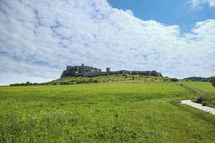 草原の中に聳える城の写真素材 [FYI04944227]