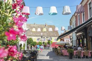 ハンガリーの小さな可愛い町、レストランのテラス席が賑わう通りの写真素材 [FYI04944229]