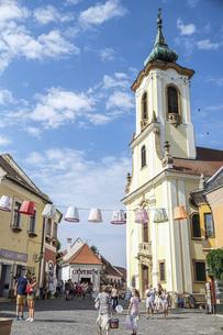 ハンガリーの小さな可愛い町、観光客で賑わう教会に面した町の広場の写真素材 [FYI04944231]
