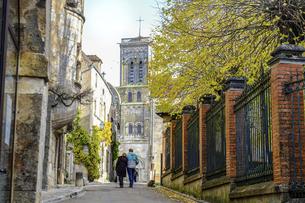 秋のフランス、ブルゴーニュ地方。教会へ向かう道。の写真素材 [FYI04944233]