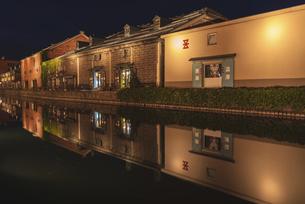 夜の小樽運河の写真素材 [FYI04944349]