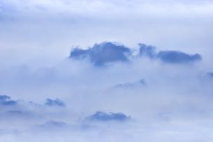 雲海のように見える上空を覆う雲の光景の写真素材 [FYI04944556]
