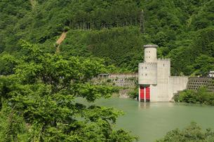 黒部峡谷 うなづき湖と新柳河原発電所 富山県の写真素材 [FYI04944564]